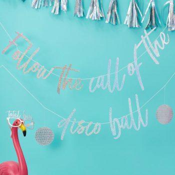 """Die Party kann beginnen mit unserer coolen, irisierenden """" Follow the call of the disco ball"""" Girlande. Perfekt für die Tanzfläche undwird für lustigeFotos mit echtemein echter eyecatcher mit Discofeeling . Die Macherei"""