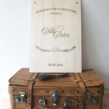 Personalisiertes Holzschild 40 x 60 cm als Wilkommenschild für eine Hochzeit . Die Macherei