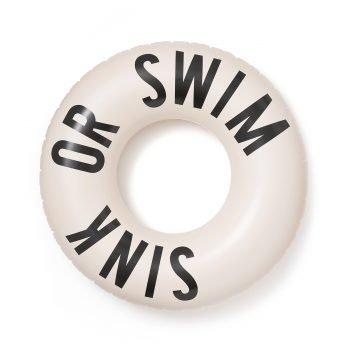 großer Schwimmreifen mit der Aufschrift Swim or Sink. Die Macherei