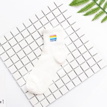 Einzigartige Statement Socken Regenbogen mit gesticktem Farbfächer und der Aufschrift Pantone. Die Macherei